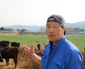Masami Yoshizawa remains loyal to his herd. (photo by Masakazu Honda)